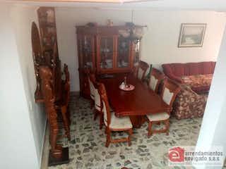Una sala de estar llena de muebles y una chimenea en Casa en Venta en El Trianón con 180mt
