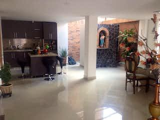 Una sala de estar llena de muebles y una chimenea en URB CATALUÑA