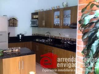 Una cocina con nevera y fregadero en CATALUÑA