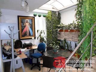 Una sala de estar llena de muebles y una pintura en CATALUÑA