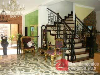 Una sala de estar llena de muchos muebles en VEGAS DE GUADARRAMA