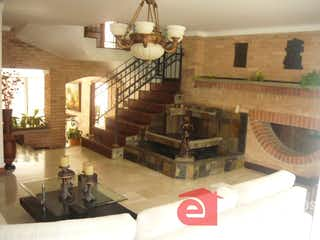 Una sala de estar llena de muebles y una chimenea en CORTIJOS DE SAN JOSE