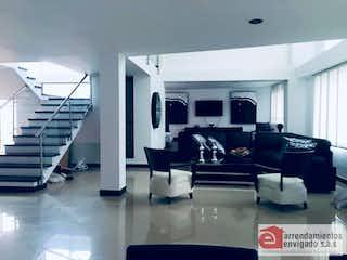 Una habitación llena de muebles y una televisión de pantalla plana en CORTIJO DE SAN JOSE