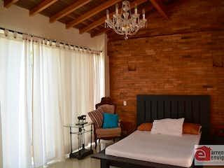 Una cama sentada en un dormitorio junto a una ventana en QUINTAS DE SAN JOSE