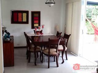 Una sala de estar llena de muebles y una mesa en PARCELACION ENTREVERDES