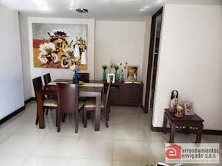 Una sala de estar llena de muebles y una mesa en BOSQUE ADENTRO