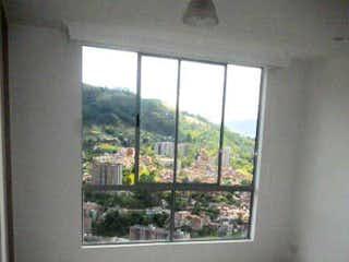 Una imagen de una sala de estar con una ventana en FELISA