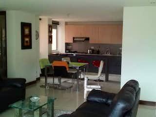 Una sala de estar llena de muebles y una televisión de pantalla plana en SALTAMONTES