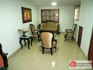 Una sala de estar llena de muebles y una mesa en MANGAZUL