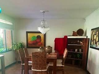 Una sala de estar llena de muebles y una chimenea en LA TOSCANA