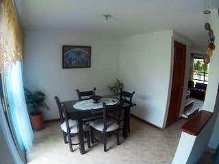 Una sala de estar llena de muebles y una ventana en ANTILLAS 1