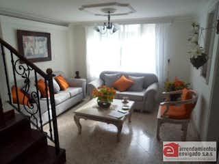 Una sala de estar llena de muebles y una mesa en BONIVENTO
