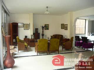 Una sala de estar llena de muebles y una gran ventana en ESPIGAS