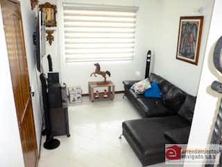 Una sala de estar llena de muebles y una ventana en VALLE JARDIN