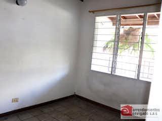 Un cuarto de baño con ducha y una ventana en Casa Para Venta en Alcalá de 130mt2 con terraza.