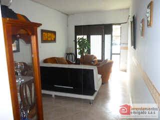 Una sala de estar llena de muebles y una televisión de pantalla plana en Casa Para Venta La Magnolia de 400mt2 con terraza.