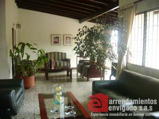 Una sala de estar llena de muebles y una planta en maceta en Casa Para Venta en La Magnolia de 227 con terraza.