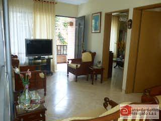 Una sala de estar llena de muebles y una televisión de pantalla plana en Casa en venta en La Magnolia con 4 patios.