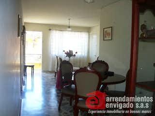 Una sala de estar llena de muebles y una ventana en Casa en venta en La Magnolia de 113m2.