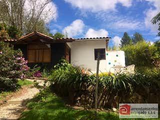 Una casa con un árbol delante de ella en Finca en venta en Alto de Las Palmas Indiana de 3000mtrs2