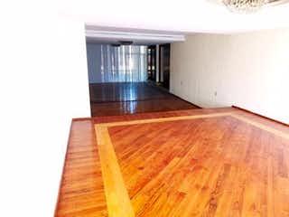 Una cama con un suelo de madera y una ventana en casa en venta en Romero de Terreros de 1600 mt