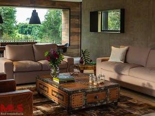 Una sala de estar llena de muebles y una gran ventana en Montearroyo