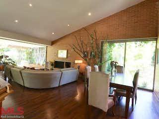 Una sala de estar llena de muebles y una televisión de pantalla plana en La Palmera