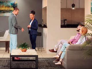Un grupo de personas de pie alrededor de una sala de estar en Monte Albán 214