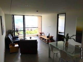 Una sala de estar llena de muebles y una ventana en apartamento en venta Loma de Las Brujas de 69 mtrs2 con balcón