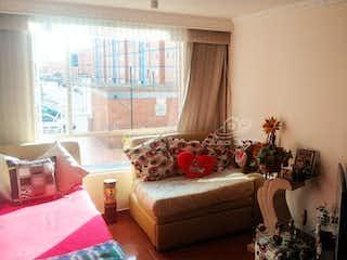 Una sala de estar llena de muebles y una gran ventana en Apartamento en venta en Calandaima de 3 habitaciones