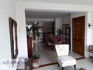 Una sala de estar llena de muebles y una mesa en Apartamento en venta en Los Almendros, 127mt con balcon.