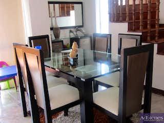Un hombre sentado en una mesa en una sala de estar en ARBOLEDA DE LOS BERNAL
