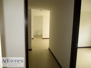 Un pasillo que conduce a un pasillo con una puerta en ESCALARES