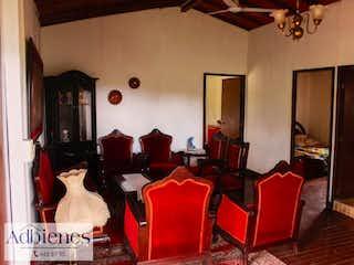 Una habitación llena de muebles y una ventana en Finca Para Venta Casco Urbano Sopetrán, Con 4 habitaciones-4100mt2