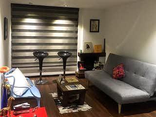 Una sala de estar llena de muebles y una mesa de café en Apartaestudio En Venta En Bogota La Castellana, Con 1 habitacion-39mt2