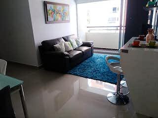 Una sala de estar llena de muebles y una ventana en nuevo guayacane
