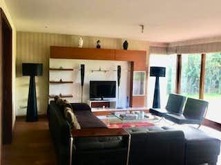 Una sala de estar llena de muebles y una televisión de pantalla plana en Condominio Campestre Rincon Grande