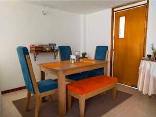 Una habitación con una cama y un escritorio en Casa en venta en Suramérica de 139,43m2.