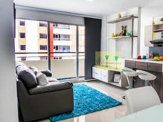 Una sala de estar llena de muebles y una ventana en nuevo guayacanes