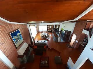 Una sala de estar llena de muebles y una ventana en Casa en venta en Siberia de 950 mt