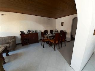 Una sala de estar llena de muebles y un suelo de madera en Casa en venta en Villa del Prado de 5 Habitaciones