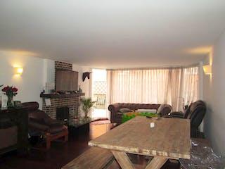 Una sala de estar llena de muebles y una mesa en  El Triangulo