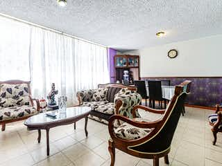 Una sala de estar llena de muebles y una mesa en Edificio San Jerónimo