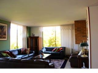 Una sala de estar llena de muebles y una ventana en Casa en venta en Cajica, 1000mt de dos niveles.