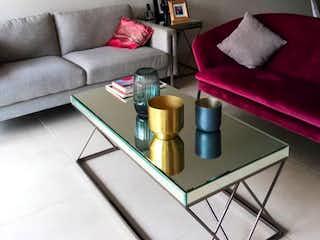 Una sala de estar con un sofá y una mesa de café en Yacatas 186