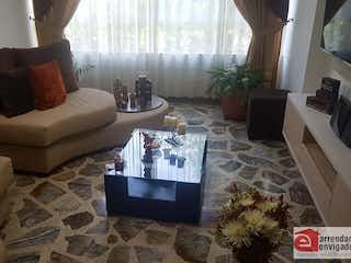 Una sala de estar llena de muebles y una televisión de pantalla plana en Apartamento en venta en La Villa de 3 Habitaciones.