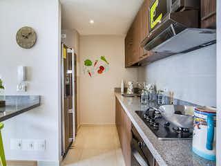 Una cocina con una estufa de fregadero y nevera en La Felicidad - La Cima