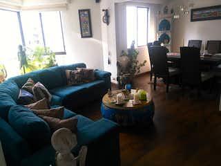 Una sala de estar llena de muebles y una gran ventana en Atabanza 4