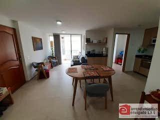 Una sala de estar llena de muebles y una mesa en DORADO REAL