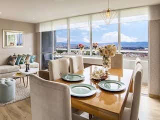 Una sala de estar llena de muebles y una gran ventana en La Felicidad - Los Pinos